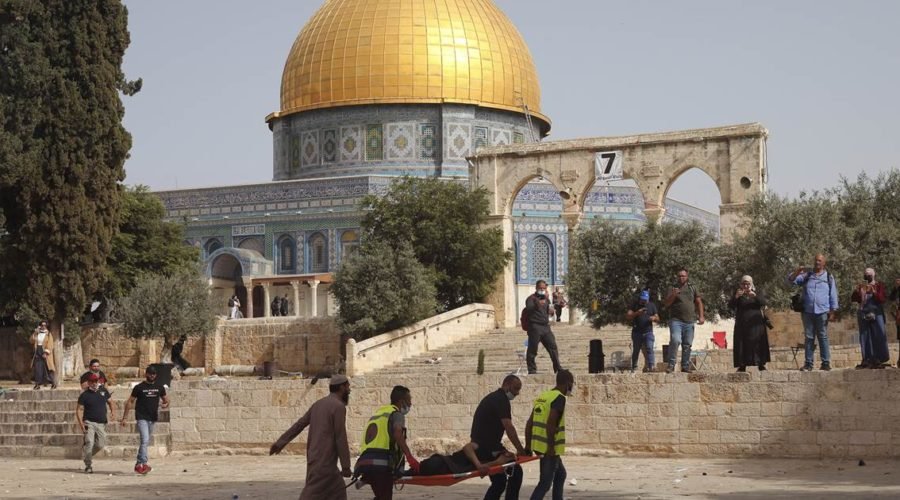 Hundreds injured in clash between Palestinians and Israeli forces at holy site in Jerusalem