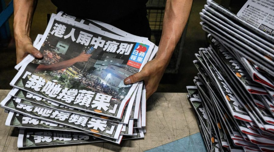 """Hong Kong Pro-Democracy Apple Daily Ends With """"Painful Farewell"""""""