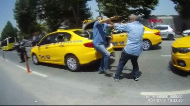 The terrorized taxi drivers! They collided with sticks ... These moments are filmed.